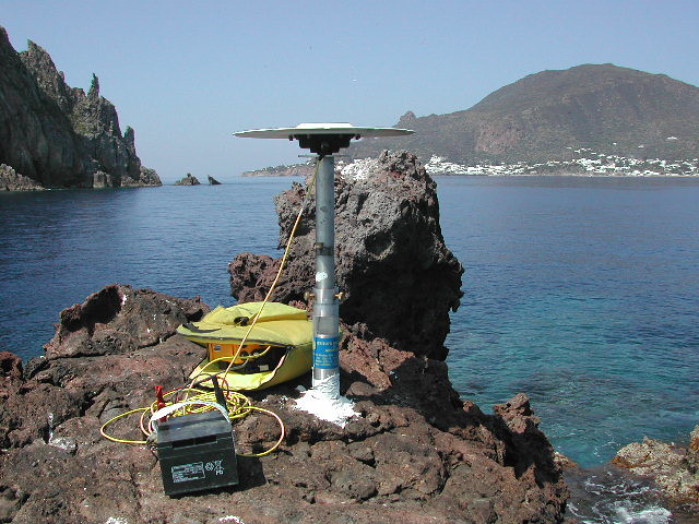 Una stazione GPS alle Isole Eolie / A GPS station at the Aeolian islands, Italy