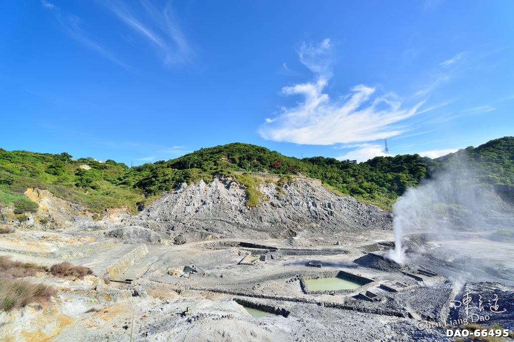 DAO-66495 | 硫磺谷, 終於有機會再次造訪,可以安排帶家人孩子上山泡溫泉,讓整個山谷呈現如仙境般的夢幻景色。 綿長的淺綠色步道引領我們的腳步探索,溫泉泡腳池(1) - YouTube