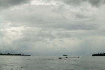 Het was dagelijks een komen en gaan van bootjes, tussen de ontelbare eilandjes.