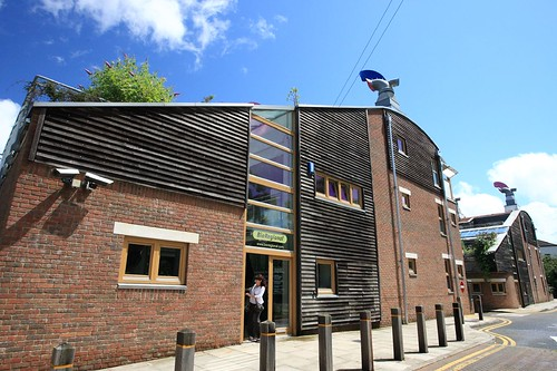BedZED_05   英國永續社區BedZED:建築造型與材料的靈感來自當地風土建築,住宅單元與工作室單元亦藉由玻璃溫 ...