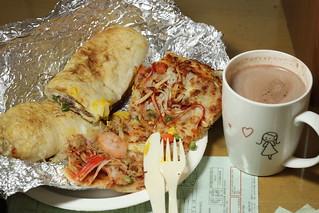 16/365: 今天的晚餐非常 Costco | 好市多的牛肉卷、海鮮比薩。配上一杯 Swiss Miss 可可。期待好… | Flickr