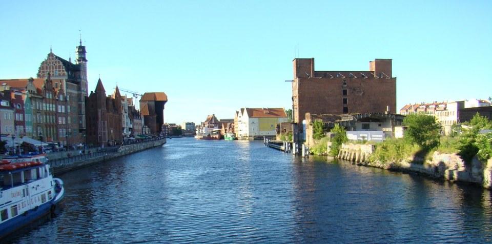 Edificios antigua grua portuaria medieval Museo Marítimo Nacional crucero fluvial rio Motlawa isla de Olowianka Gdansk Polonia 23