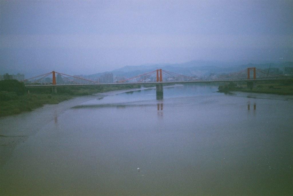 光復橋F1000003   2010-9-05 故障的相機過期的底片 從板橋車站搭葛瑪蘭客運到宜蘭,從華翠橋上拍光復橋   hohobear ...