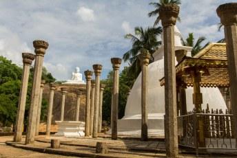 en deze pagoda er naast staat op de plek waar Mahinda heeft gestaan, wie dat dan ook maar moge zijn