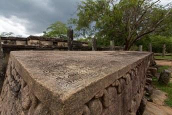waar ze o.a. de grootste steen met inscripties van Sri Lanka hebben