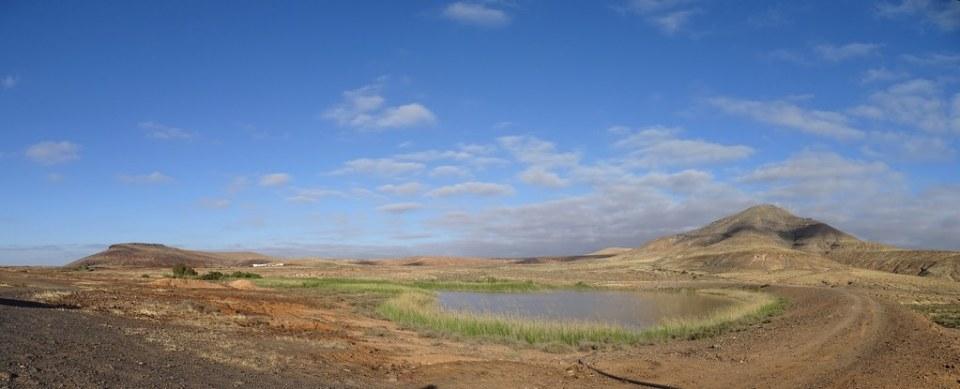 Charca y montaña de la Rosa de Taro Isla de Fuerteventura panoramica 184