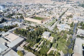 Rechtsonder het Pars Museum, linksboven de Shohada rotonde en de Karim Khan Citadel.