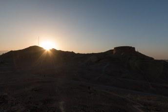 Er zijn twee van die torens, vroeger legden de Zoroastriërs er hun lijken op zodat de gieren ze konden 'opruimen'.