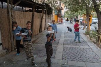 Deze jongens kwamen net van de moskee waar ze waren omgekocht met een bakje rijst met kip. We mochten pas doorlopen nadat we een foto hadden gemaakt.