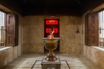 Vanuit de hele wereld komen Zoroastriërs hierheen. Deze vlam brandt al sinds de 5de eeuw en je zou kunnen zeggen dat dit hun god is.