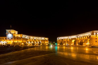 Hetzelfde plein by night, rechts het ministerie van Transport, Communicatie en IT.
