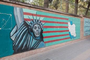 We liepen even langs de voormalige ambassade van de VS waarvan ze de schutting hebben opgeleukt. Mag je trouwens geen foto's van maken, dus mondje dicht he.