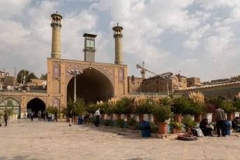 We worstelden ons door de bazaar heen omdat die toegang geeft tot de Khomeini moskee. We hadden er meer van verwacht.