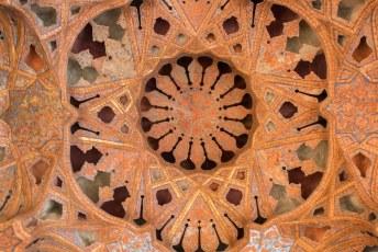 Helemaal boven in het Kakh-e Ali Qapu paleis zit de muziek kamer met een heel speciaal plafond.