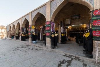We liepen weer terug door de bazaar langs winkeltjes met de laatste damesmode.