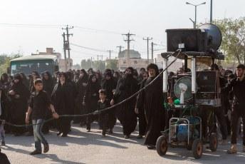 Bij een begrafenis horen natuurlijk luidsprekers om het aanstellerige gejank van de vrouwen te overstemmen.