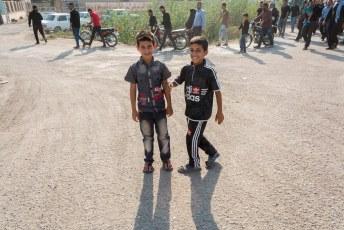 Vanuit Shush gingen we op weg naar Chogha Zanbil, onderweg kwamen we langs een begrafenis en deze jochies wilden heel graag op de foto.