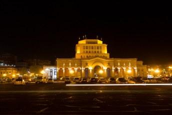 Ook gelegen aan Republic Square het Nationaal Kunst Museum met de singin fountains ervoor.