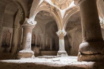Deze ruimte, de Geghard Gavit, werd in de periode 1215-1225 uitgehakt. Er werd hier les gegeven aan pelgrims en overige bezoekers.