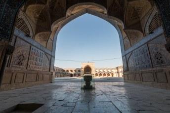 Het is de grootste moskee in Iran, en hij is ongeveer 1001 jaar oud.