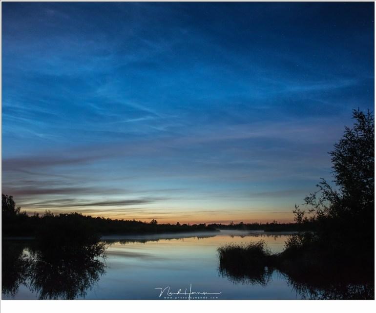 Zijn dit lichtende nachtwolken of niet? Ik twijfel, en ga er gewoon vanuit dat het een heel ander soort wolken zijn, zeker omdat ze zo hoog boven de horizon uit kwamen. (EOS 5D4 + 24mm | ISO3200 | f/5,6 | 5 sec)