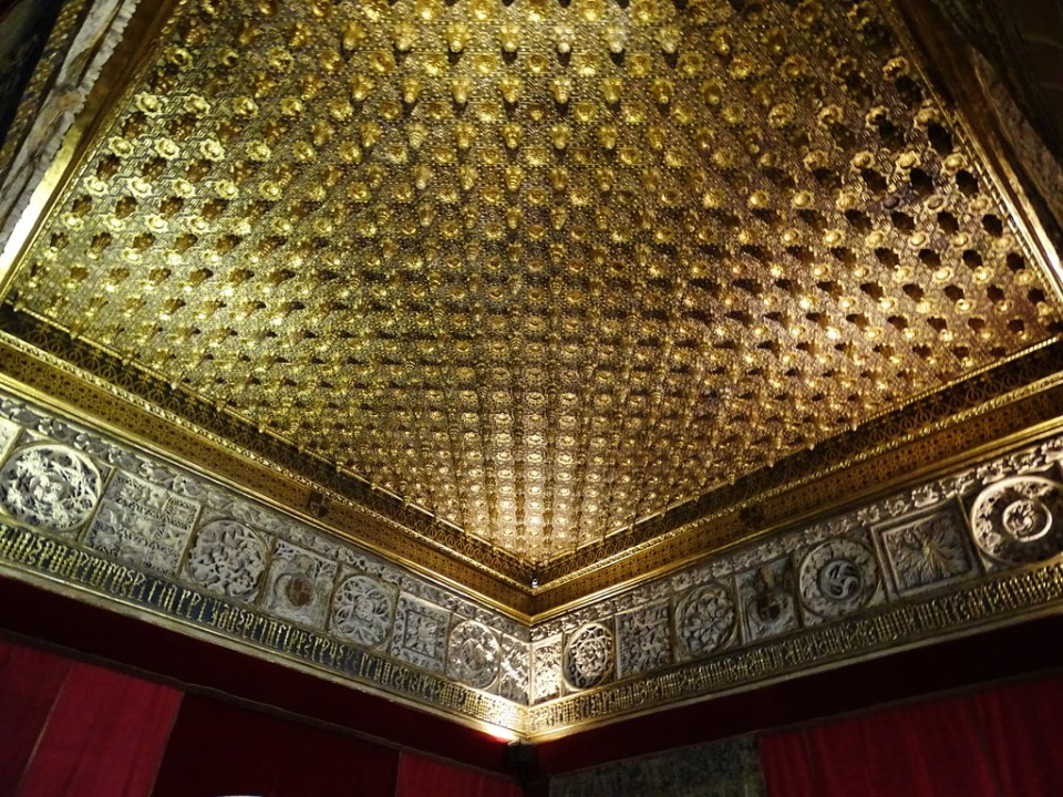 Sala de las Piñas techo artesonado interior Alcazar de Segovia 02