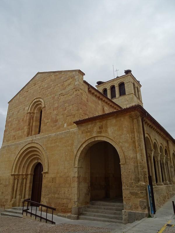 portada y galeria porticada exterior Iglesia de la Santisima Trinidad Segovia 01