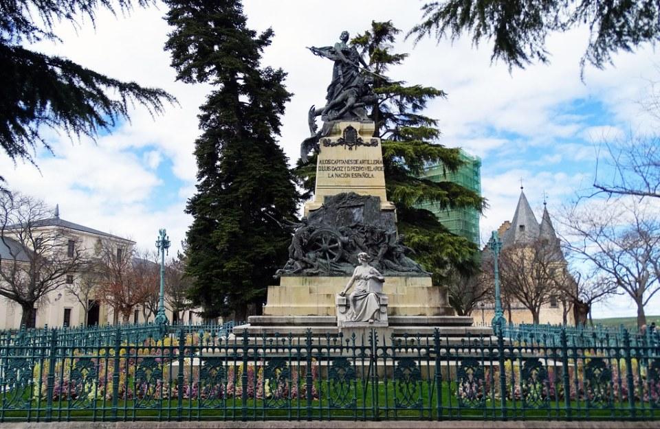 Monumento Heroes del 2 de Mayo Plaza Reina Victoria Eugenia Alcazar de Segovia