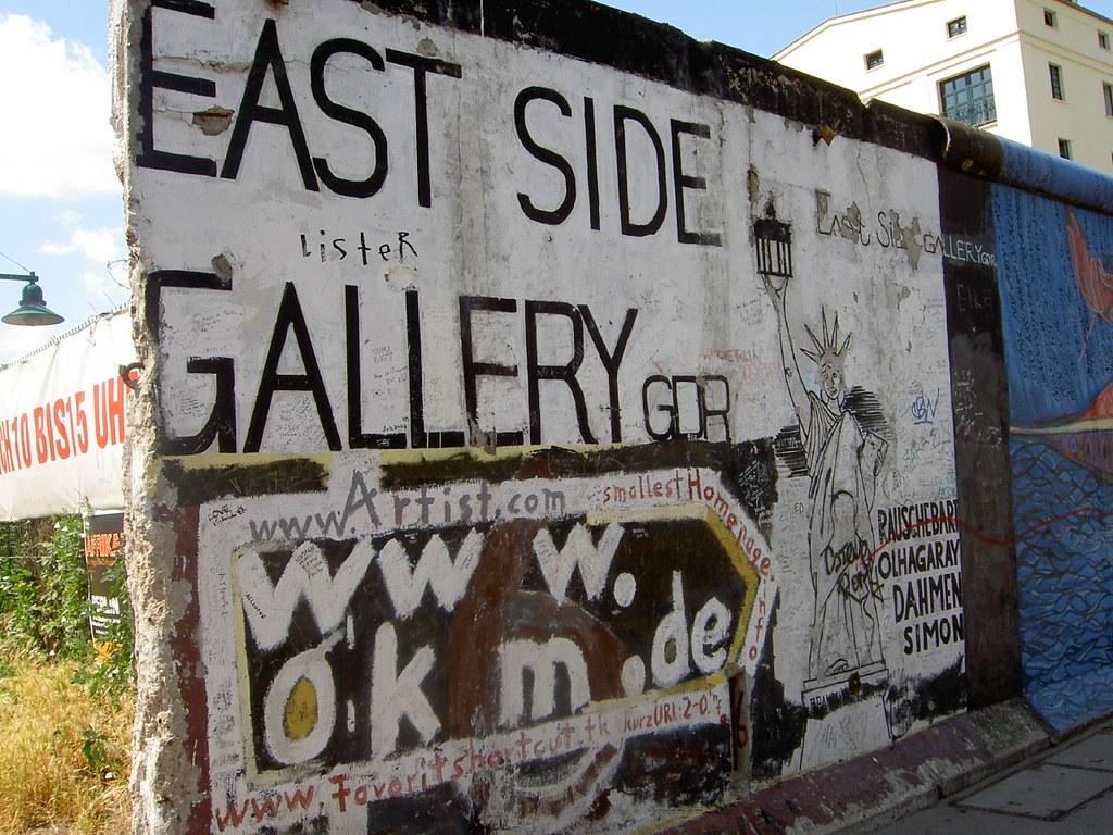 柏林圍牆藝廊 Berlin Wall Gallery | 這些是以為的圍牆,但現在被移到他處讓藝術創作者利用。The w… | Flickr