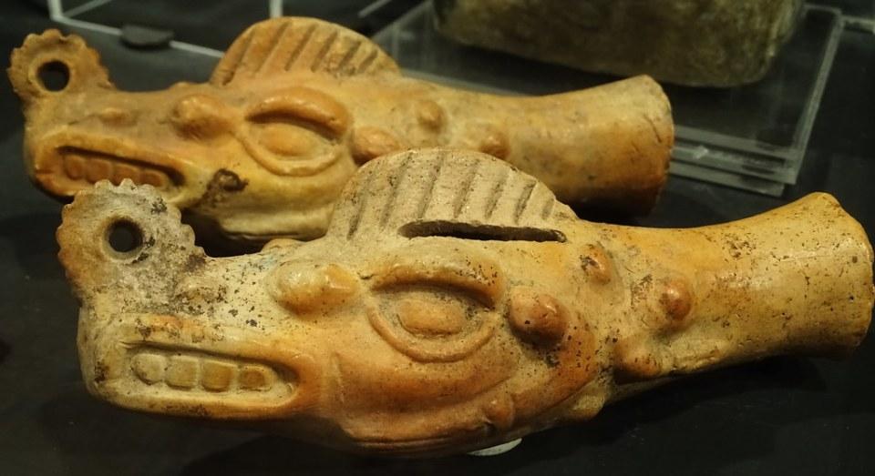 cabezas de cocodrilo ceramica Maya exposicion antiguo Colegio de la Compañia de Jesus Antigua Guatemala 01