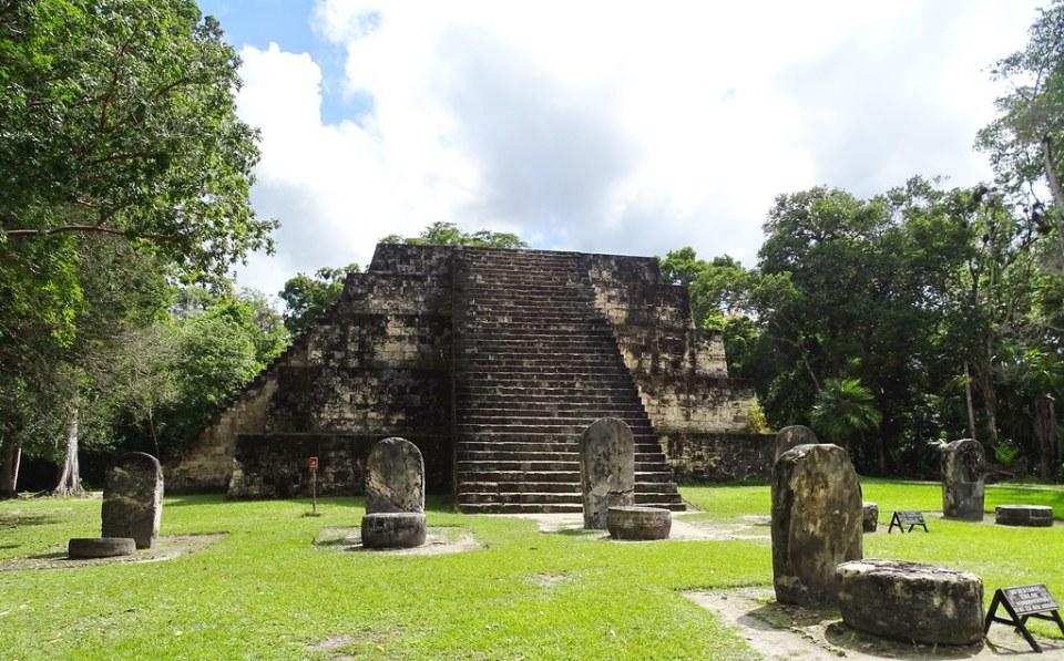 Tikal Piramides Gemelas ciudad Maya Sitio Arqueologico Guatemala 02