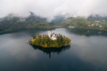 En dus kon mijn drone de lucht in om het enige eiland dat Slovenië rijk is te fotograferen en filmen.