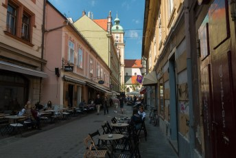 De Postna Ulica met vele barretjes en restaurantjes, zodat je kun lunchen in de schaduw met uitzicht op de kathedraal van Maribor.