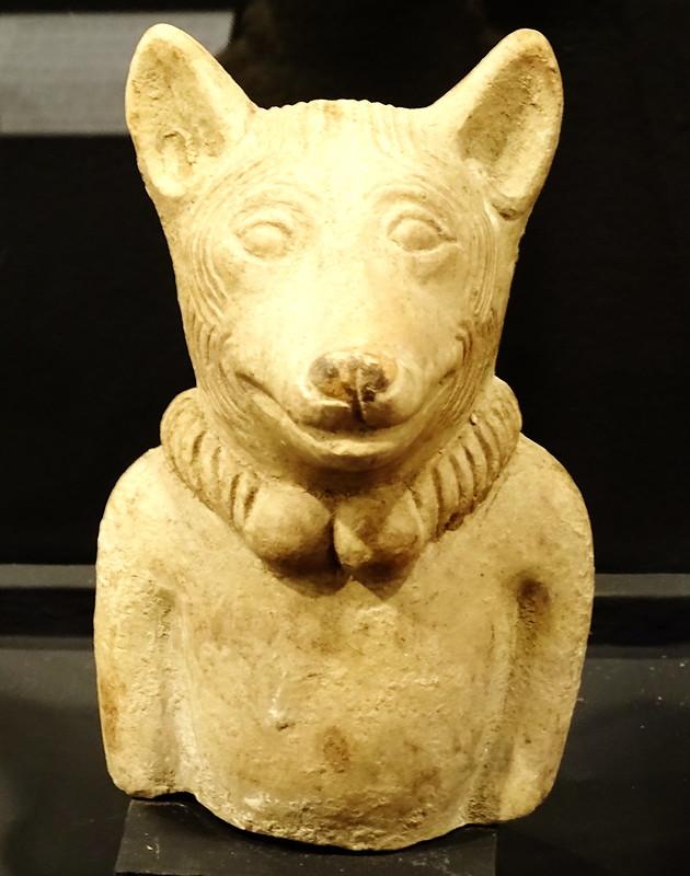 Figura silbato de perro con collar ceramica Maya exposicion antiguo Colegio de la Compañia de Jesus Antigua Guatemala