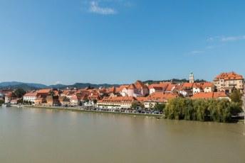 Voor ik weer vertrok nog een foto vanaf de Glavni Brug over de Drau rivier met uitzicht op de oude stad.
