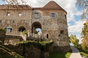 Na een 20 minuten klimmen kom je bij deze ingang aan. Het treintje heeft zijn eindstation in het kasteel.