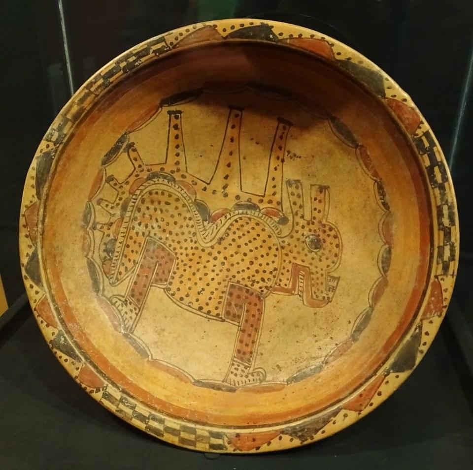 Cuenco dibujo de jaguar ceramica Maya exposicion antiguo Colegio de la Compañia de Jesus Antigua Guatemala 06