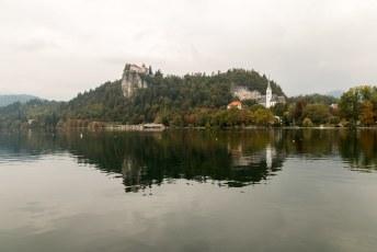Meteen na aankomst begon ik aan de wandeling rond het meer, er was regen voorspeld dus snel foto's maken van o.a. het kasteel van Bled op de berg.