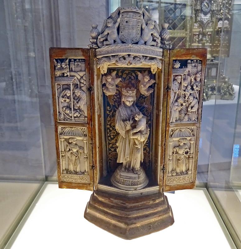 Museo Catedral de Burgos Oratorio altar portatil marfil madera nogal dorada y policromada s. XVI escudo D Manuel I rey de Portugal
