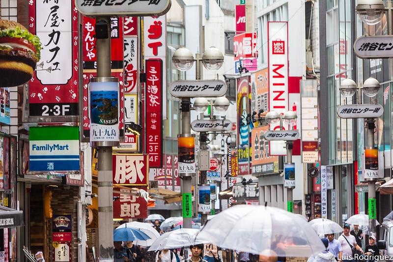Llueva o haga frío, Shibuya Center-gai siempre está lleno de gente