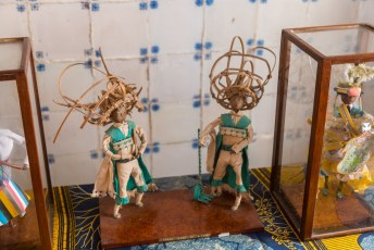 Binnen is het nationaal museum gevestigd, met o.a. deze poppetjes die de lokale klederdracht tonen.