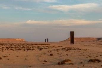 We kwamen mooi op tijd voor de zonsondergang aan bij dit kunswerk midden in de woestijn.