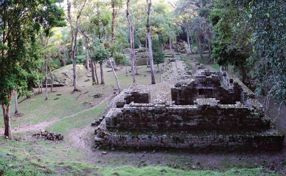 Conjunto del Cementerio Residencia Real edificio sitio arqueologico Maya de Copan Honduras 01
