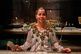 Deze goed bij haar ogen matchende 'Gem-Set Enamelled Gold Necklace, Mughal, India, 19th century' paste Lucía niet anders had ik hem voor haar gekocht.