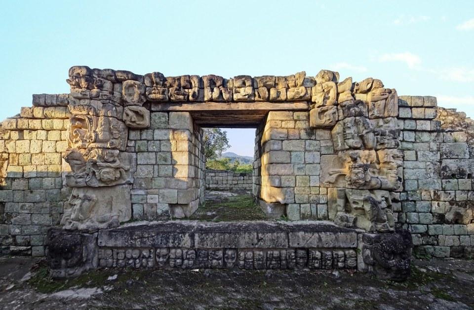 Estructura 22 máscara witz proscenio ornamental portada Plaza Oriental de la Acropolis sitio arqueologico Maya de Copan Honduras