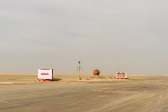 Midden in de woestijn reclameborden.