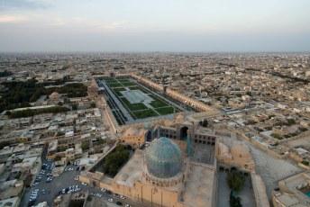 Weer terug bij het begin, het Naqsh-e Jahan Imam plein, gezien vanuit het zuiden met de Masjed-e Sjah moskee op de voorgrond.