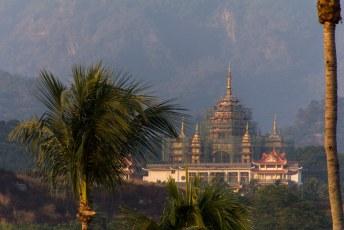 onderweg staan verscheidene tempels, maar zonder van die draken op het dak