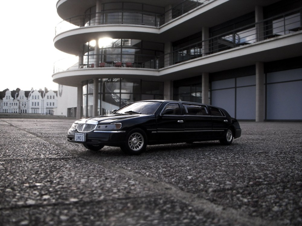medium resolution of 1999 lincoln town car stretched limousine 1 18 diecast by sunstar