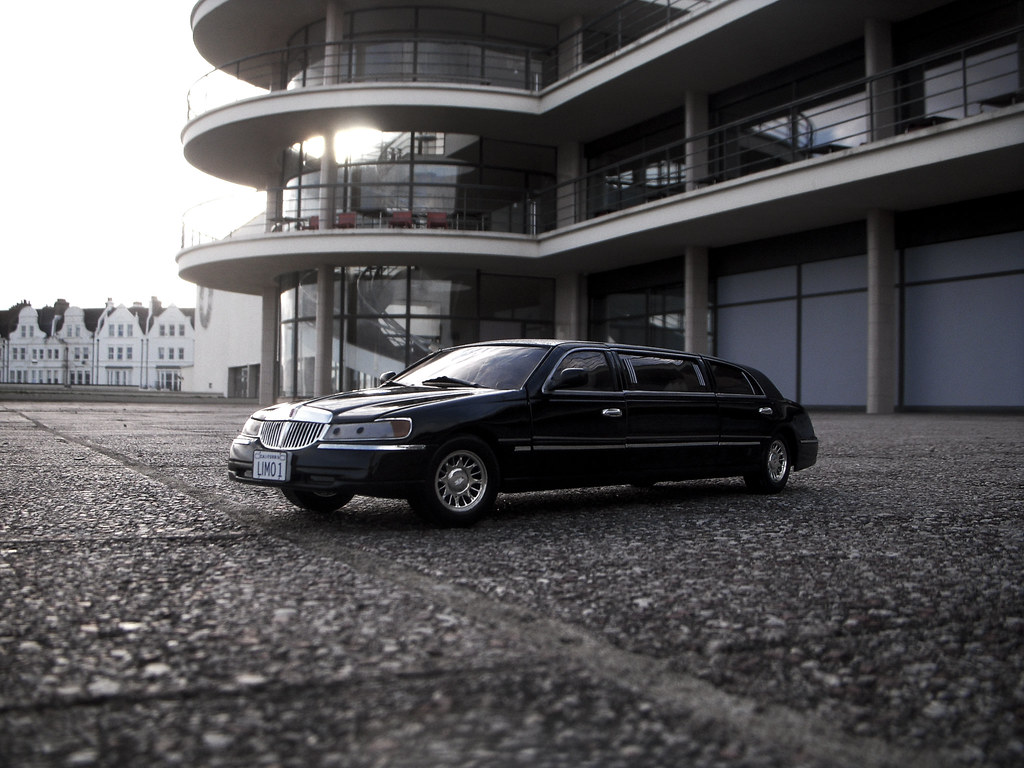 hight resolution of 1999 lincoln town car stretched limousine 1 18 diecast by sunstar